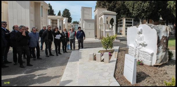 C'è Eugenio Bennato sulla tomba del cantastorie Matteo Salvatore